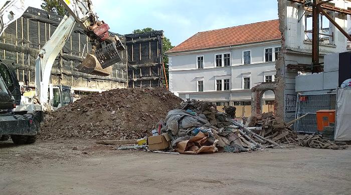 Bauabfälle nach dem Abriss eines Gebäudes