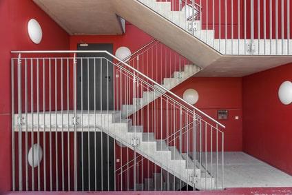Treppenhaus mit Wohnungseingangstüren