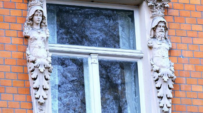 Reliefs neben dem Fenster an einem Bauwerk