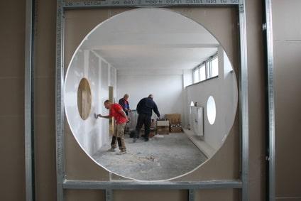 Innenausbau - Ständerkonstruktionen werden mit Gipsplatten beplankt