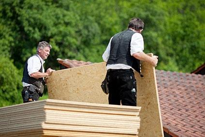 Holzspanplatten werden abgeladen