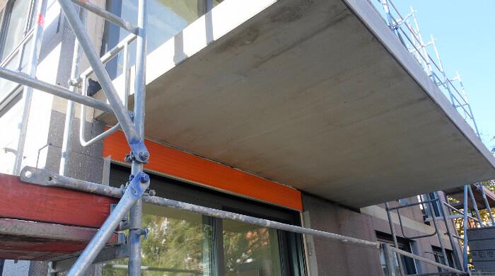 Gedämmter Rolladenkasten unter auskragender Balkonplatte um konstruktive Wärmebrücke zu vermeiden