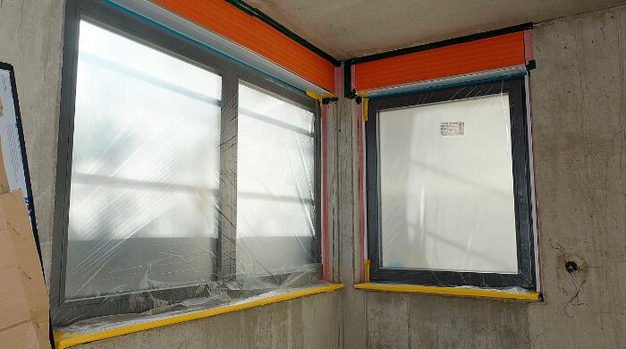 Rollladenkasten eines Aufsetzrollladens beim Einbau