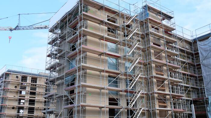 Gerüste auf Großbaustelle in Prora