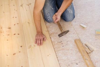 Verlegen von langen Nadelholzdielen durch Aufnageln auf OSB-Platten