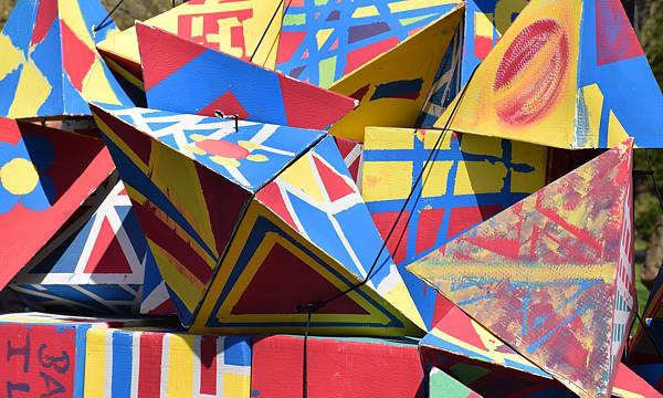 Farbige Pyramiden auf einem Wagen der Parade zur Eröffnung des Bauhaus-Museums