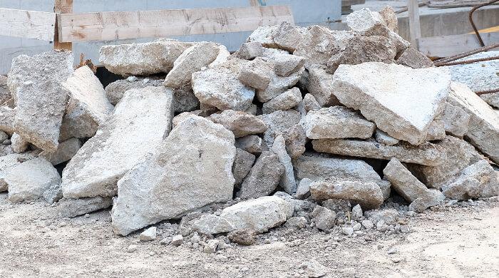 Betonbruch aus Massivbauteilen als Baurestmasse auf einer Baustelle